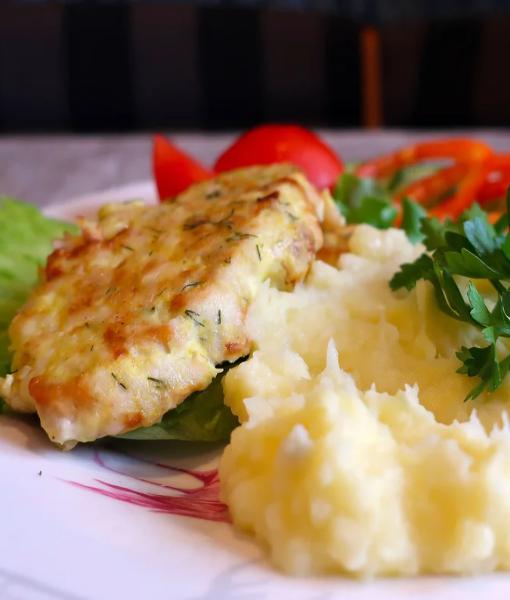 Филе хека по солнечному жаренное в яйце с картофельным пюре