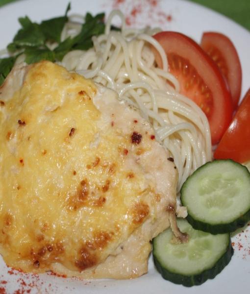 Свинина запеченная с помидорами и макароны со сливочным соусом